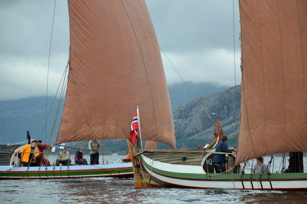 Nordlandsbåter i regatta i Sandnessjøen.