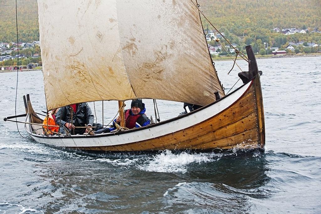 """Firroringen """"Beivalgo"""" er ble bygget av Gunnar Eldjard etter oppmåling av en samisk båt fra Kvenangen. Foto: KASAVI/Arne-Terje Sæter"""