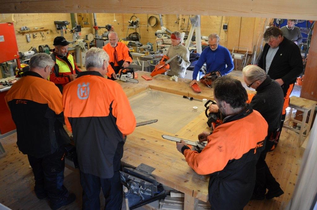 Første kurs i det modulbaserte trebåtbyggerkurset foregår både på verkstedet og i skogen rundt Museet Kystens Arv i Statsbygd. Foto: Tore Friis-Olsen