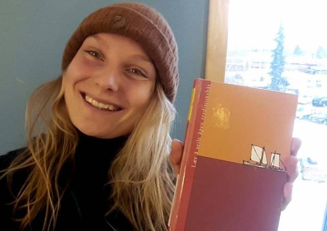 Det aller beste er god tilbakemelding fra brukerne! Friluftslivsstudent Louisa skryter av læreboka vår. Foto: privat