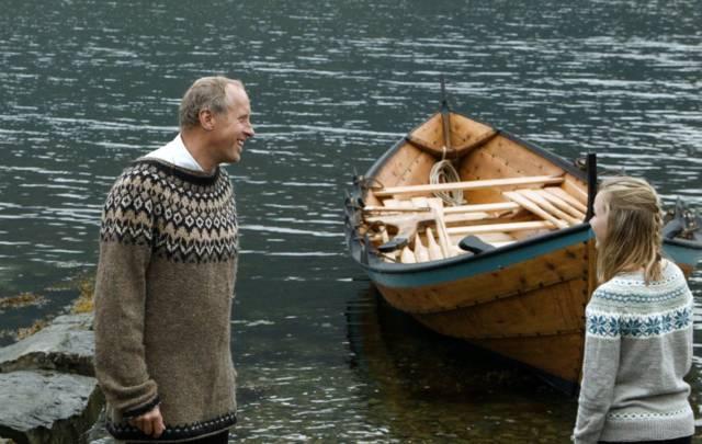 Båtbygger Peter Helland-Hansen har bygget kirkebåt til Hardanger Folkehøgskule. Foto: Silje Ensby/Hardanger Fartøyvernsenter