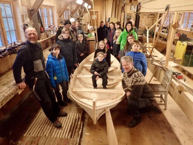 Båtbygger Ulf Mikalsen har besøk på verkstedet av Færingen 4H, som skal få tre fine nybygde Rana-spisser. Foto: Ingeborg Tangeraas