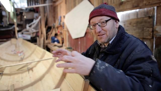 Båtbygger John A. Andersen tar oss med inn i verkstedet i den første av fem filmer om kystlagene. Foto: Sveinung Uddu Ystad